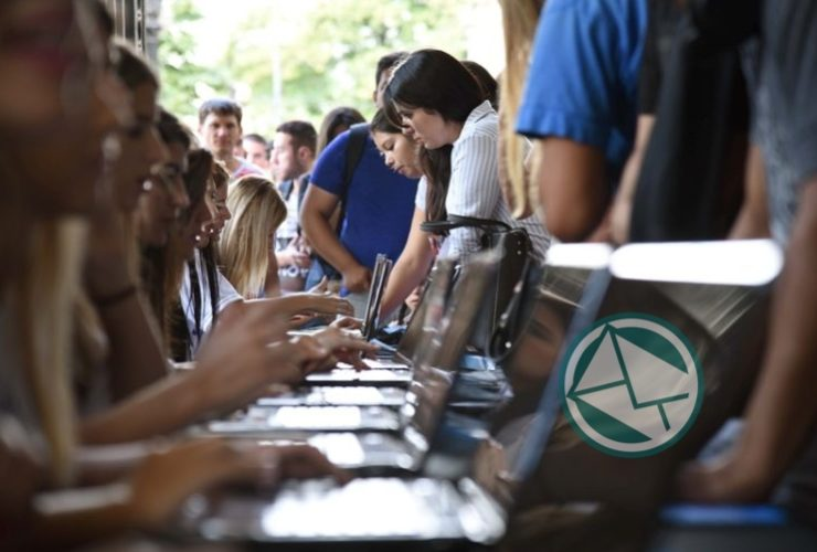 Garro recorrió la Feria de Empleo Joven en el Pasaje Dardo Rocha 01