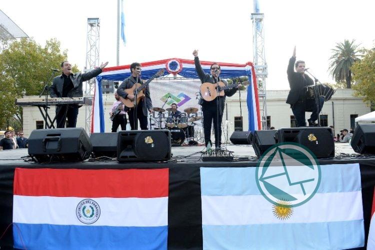 Colorido festejo para celebrar el Aniversario de Paraguay en Plaza Malvinas 3