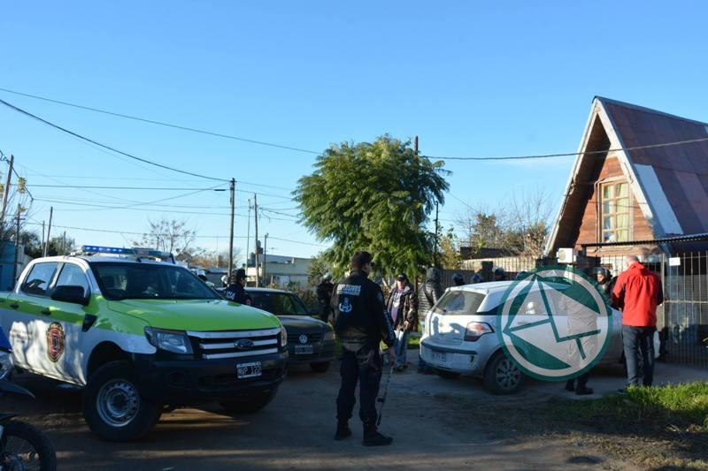 Allanaron una vivienda de Villa Zula por las llamadas de amenaza de bomba a escuelas 1