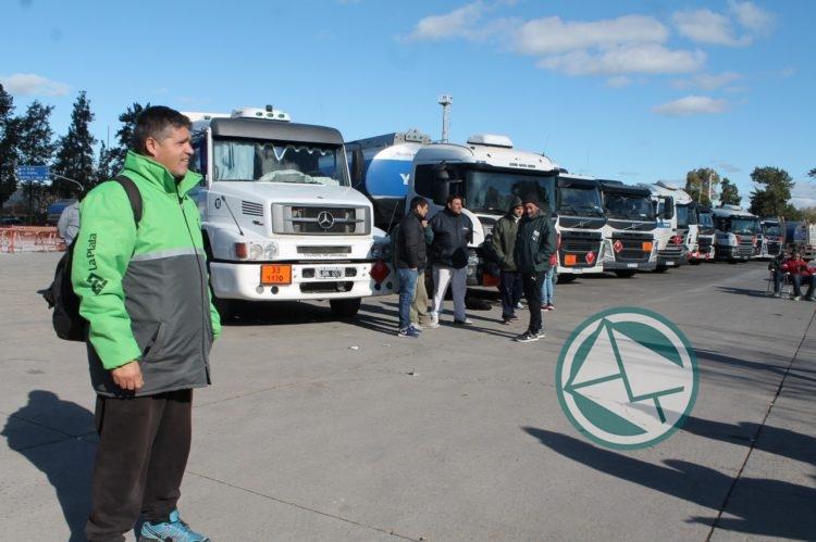 Camioneros acompañado de la multesectorial 21F de la región pararon en de Refinería YPF 4