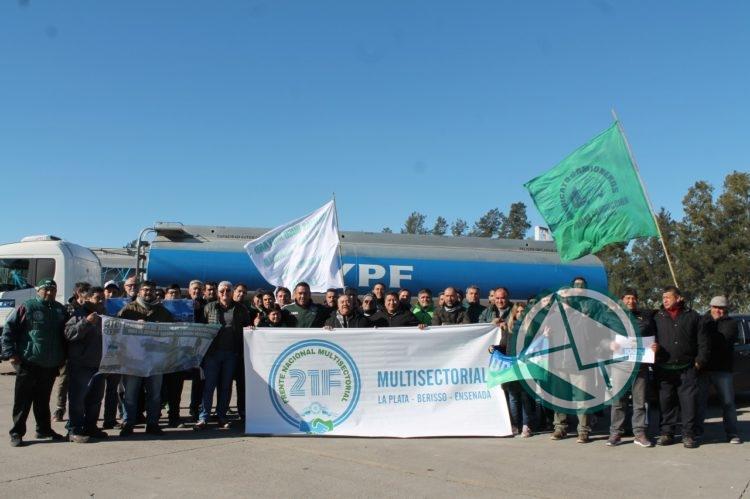 Camioneros acompañado de la multesectorial 21F de la región pararon en de Refinería YPF 6