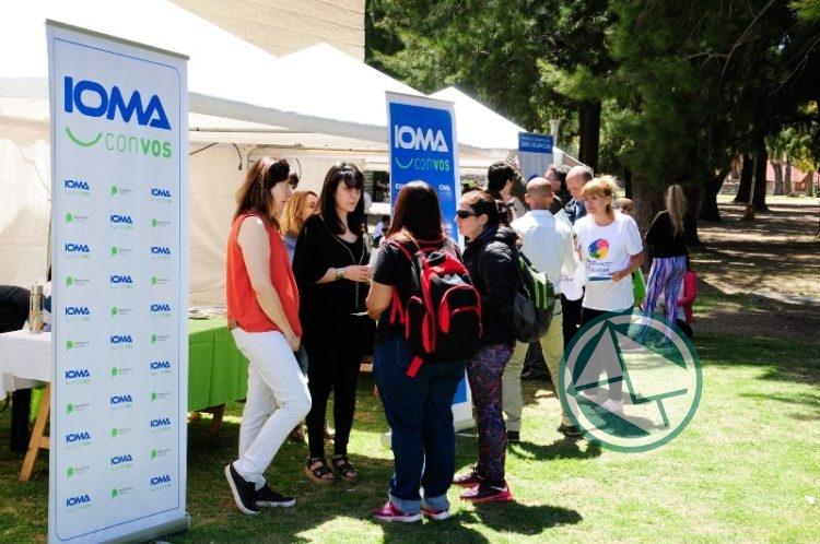 Representantes de IOMA en el stand de la obra social