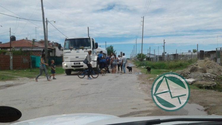 Se abastece con agua potable y mineral a vecinos del barrio Santa Teresita 03