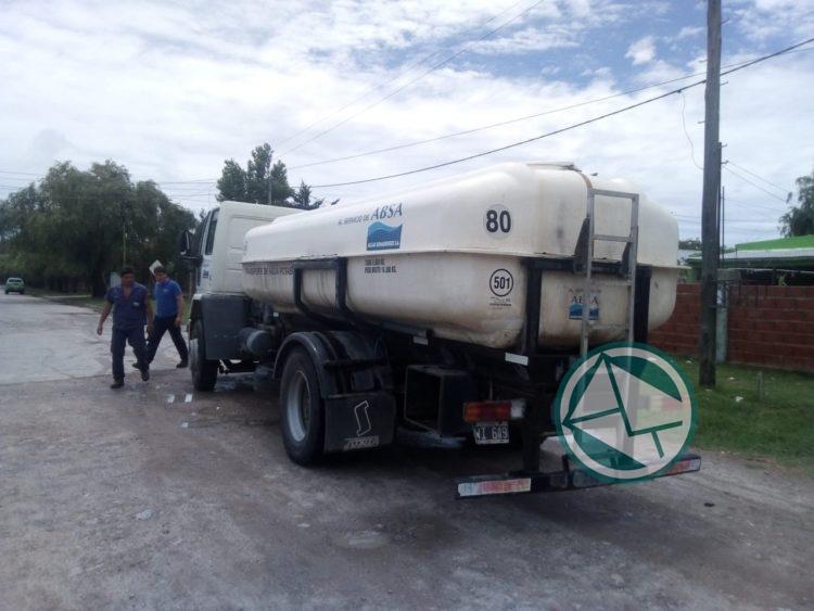 Se abastece con agua potable y mineral a vecinos del barrio Santa Teresita 04