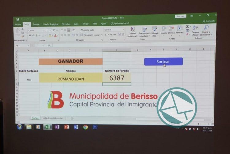 Se sortearon tres Smart TV entre contribuyentes al día en Berisso 03