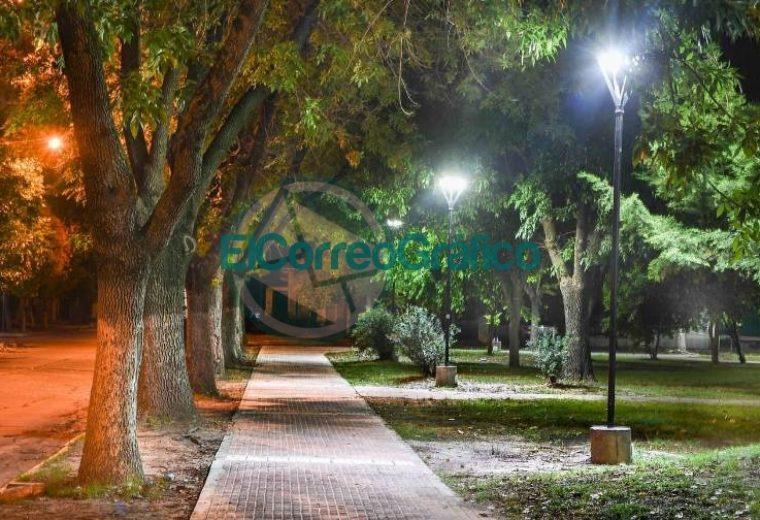 Con las nuevas luminarias avanzan los trabajos en Plaza Almafuerte 01