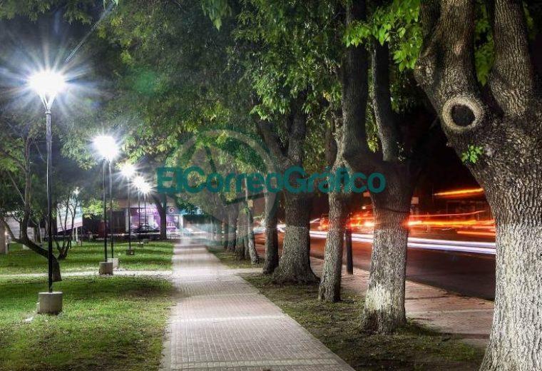 Con las nuevas luminarias avanzan los trabajos en Plaza Almafuerte 02