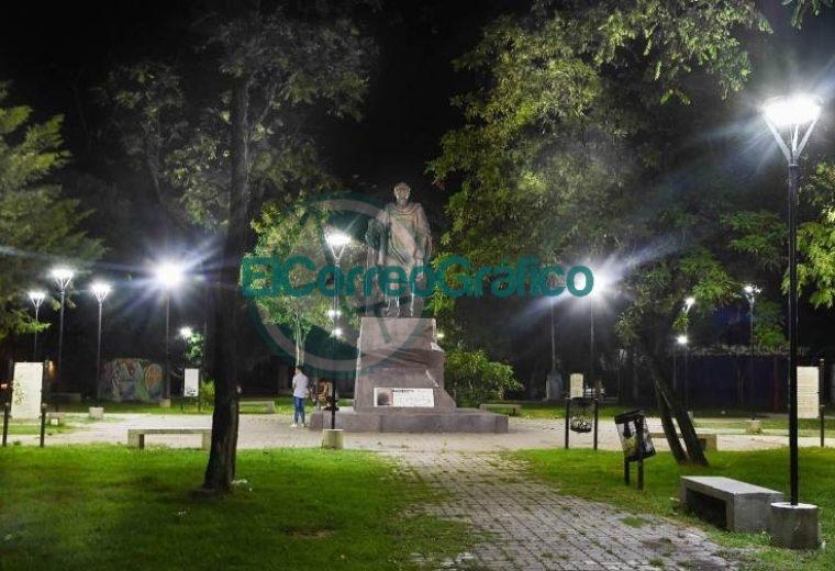 Con las nuevas luminarias avanzan los trabajos en Plaza Almafuerte 03