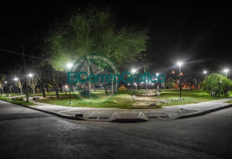 Instalación de nuevas luminarias en la Plaza Mosconi 1