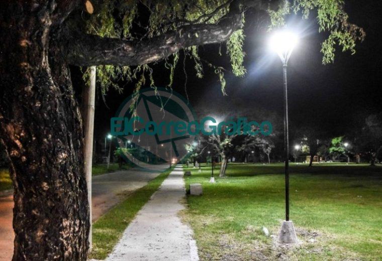 Instalación de nuevas luminarias en la Plaza Mosconi 3