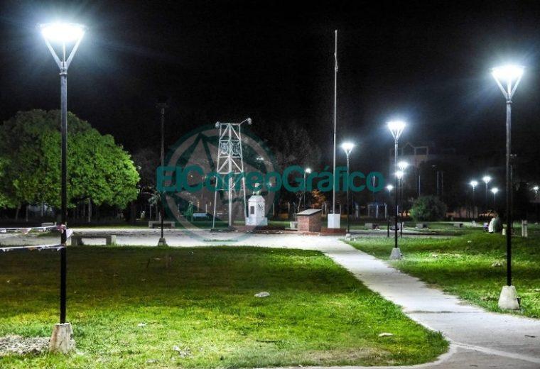 Instalación de nuevas luminarias en la Plaza Mosconi 4