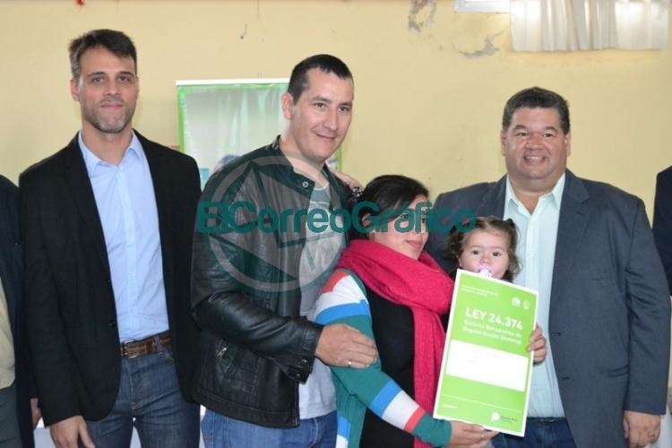 Vecinos de Berisso y San Martín recibieron escrituras sociales 0
