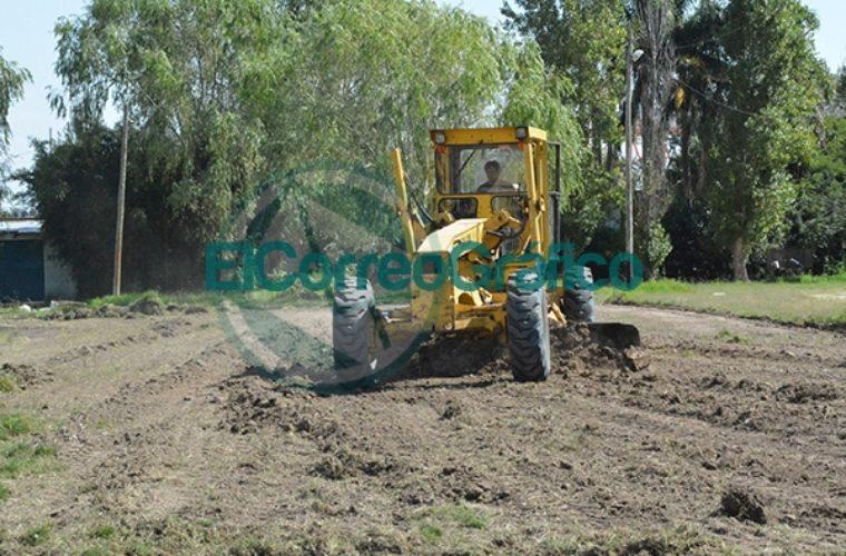 Trabajo de nivelación de suelo para la futura cancha de Hockey 04