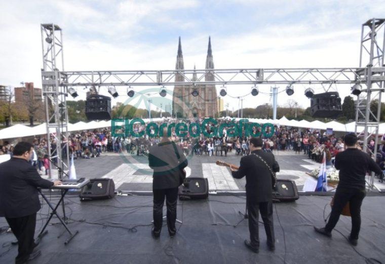 Una multitud celebró el 208° Aniversario de Paraguay en Plaza Moreno 1