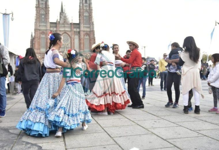 Una multitud celebró el 208° Aniversario de Paraguay en Plaza Moreno 5