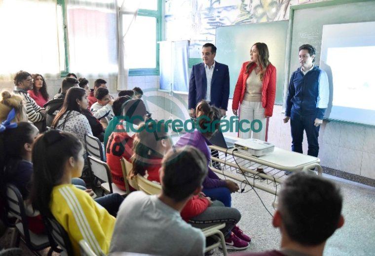Vidal visitó una secundaria de La Mantaza por ser el establecimiento 5000 en conectividad 03
