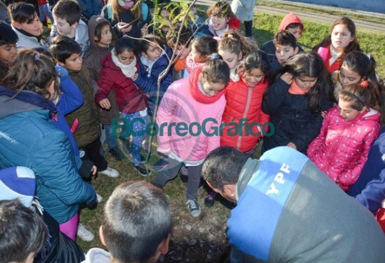 Nedela participó con alumnos de la jornada de plantación de árboles nativos sobre el canal de Avenida Génova 01