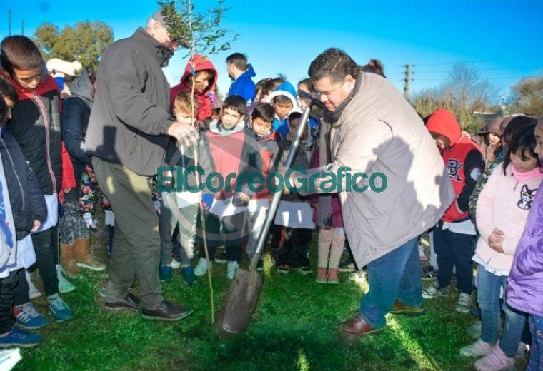 Nedela participó con alumnos de la jornada de plantación de árboles nativos sobre el canal de Avenida Génova 03