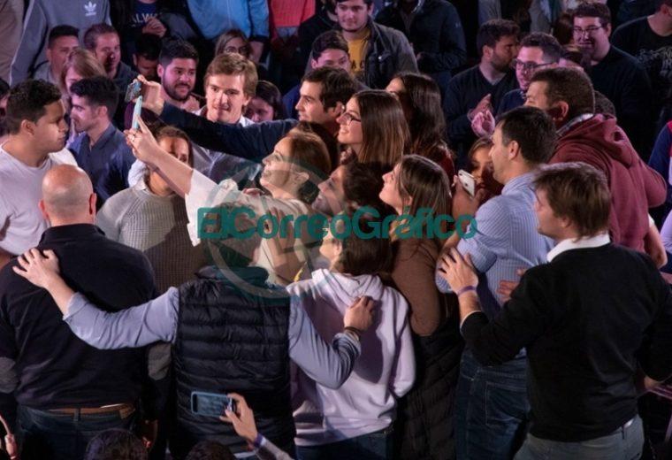 María Eugenia Vidal, selfie con jóvenes
