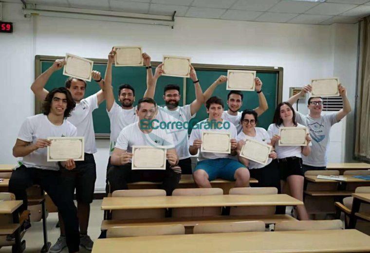 Los estudiantes con el certificado de graduación del curso de cultura china en la Universidad de Lengua y Cultura