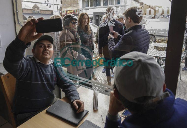 Vidal estuvo en un hospital de Junín y dialogó con vecinos 2