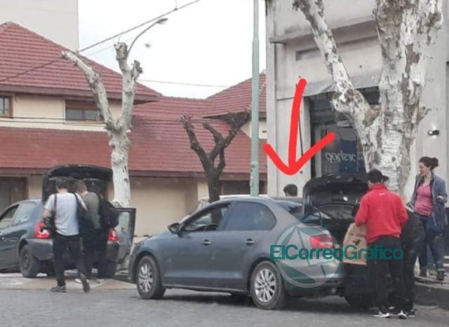 Kicillof se baja de un auto lujoso en cada ciudad y se sube a un Clio «austero» para la foto de campaña 2