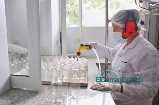 Kicillof visitó el Instituto Biológico provincial que duplicó la producción de alcohol en gel 1