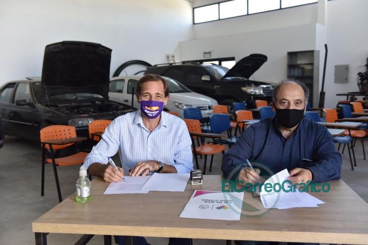 Garro entregó motos para las prácticas de la Escuela de Oficios de la UNLP 0