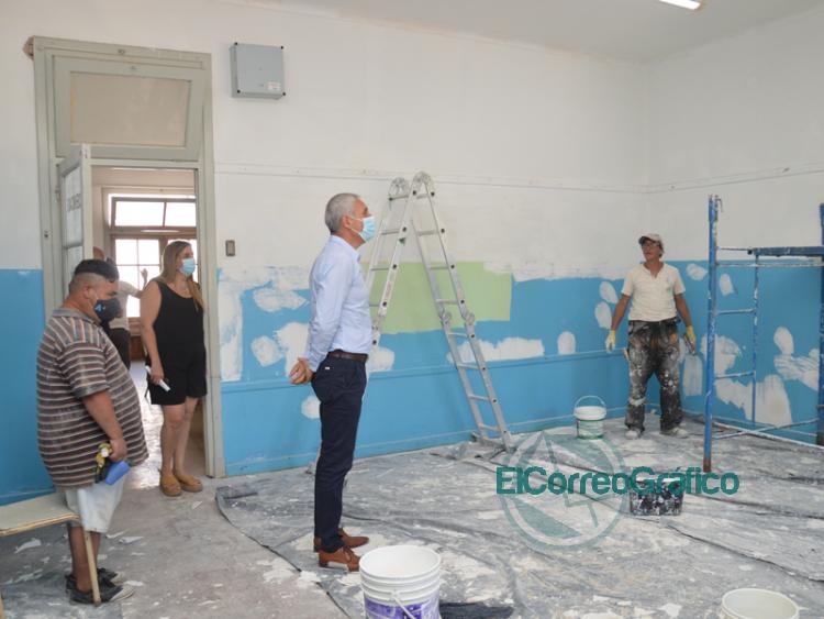 Cagliardi paseo por las escuelas en arregladas con el Fondo Educativo 3