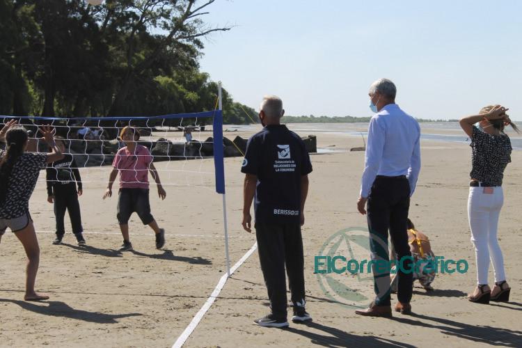 Cagliardi visito el Parador Deportivo de Palo Blanco y paseo por la playa 4