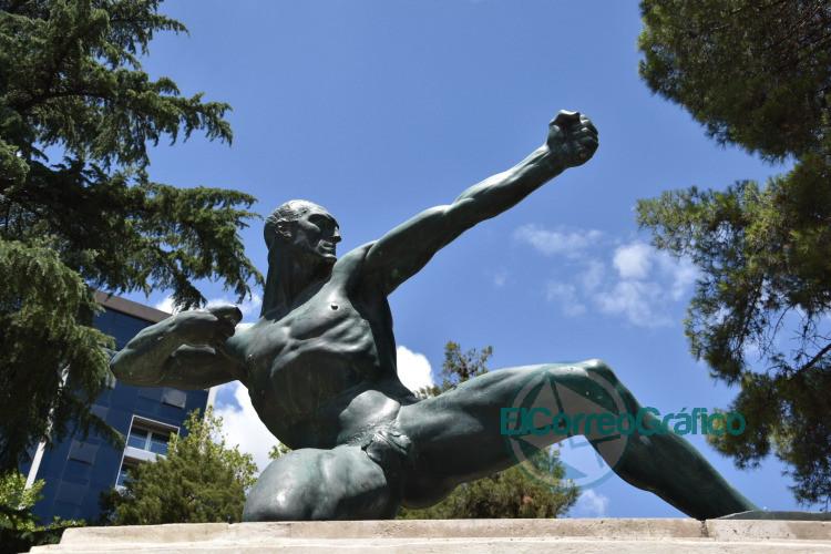 Colocaran el arco en la escultura de Hercules en Plaza Moreno 1