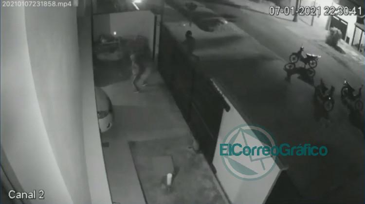 Captura de camara de seguridad de la entradera sufrida por el profesor de la UTN La Plata