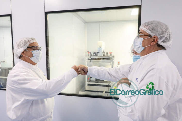 Fernandez visito el laboratorio mexicano donde producen la vacuna de Oxford AstraZeneca 3