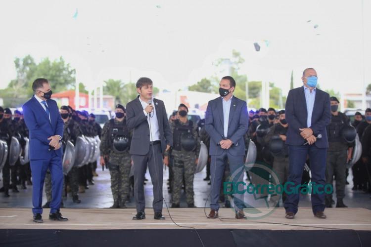 Kicillof Berni y Watson posaron para la foto con los nuevos patrulleros 5