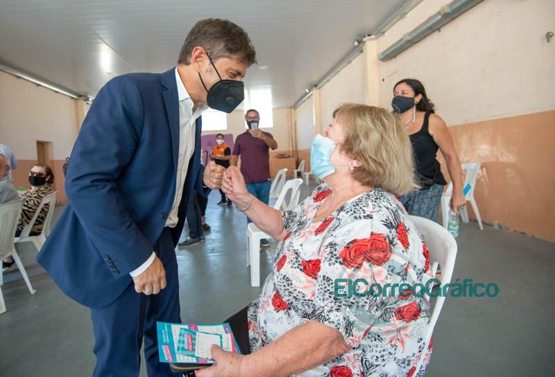 Kicillof entrego escrituras y visito un operativo de vacunacion de mayores de 70 anos en Roque Perez 2