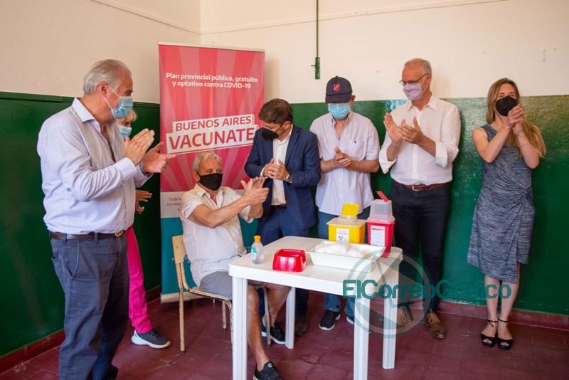 Kicillof entrego escrituras y visito un operativo de vacunacion de mayores de 70 anos en Roque Perez 6