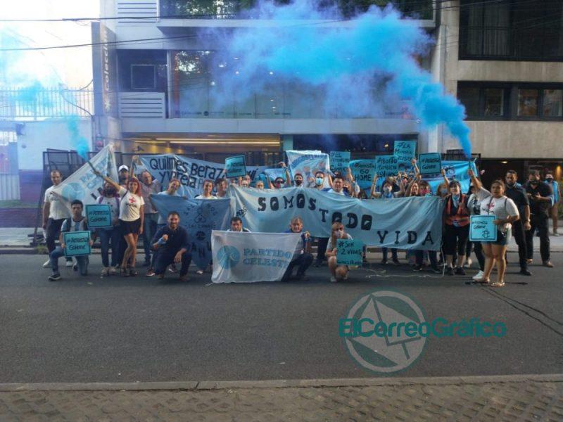 Manifestacion Celeste en la sede de Amnistia por financiar la ley de aborto 2