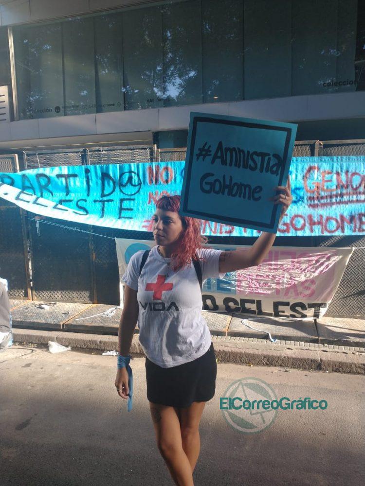 Manifestacion Celeste en la sede de Amnistia por financiar la ley de aborto 3