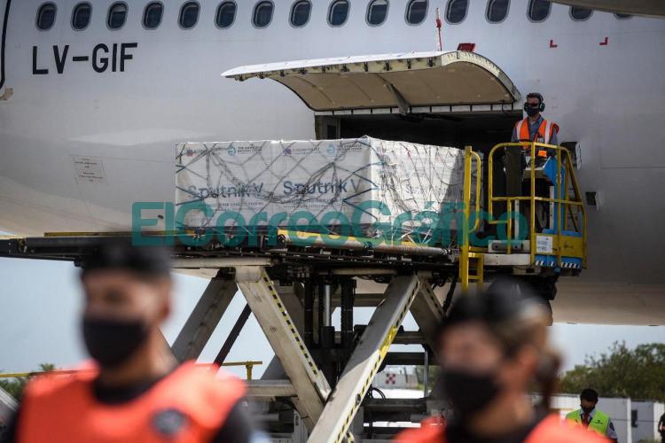 Arribo el avion de Aerolineas Argentinas con 330.000 dosis 1 de la vacuna Sputnik V 04