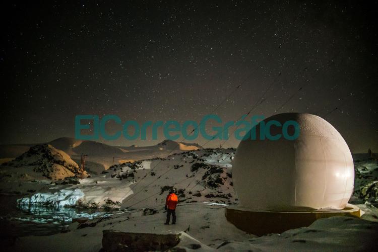 Ezequiel Peschiera. A su derecha un domo que protege a las antenas de internet del viento y la nieve