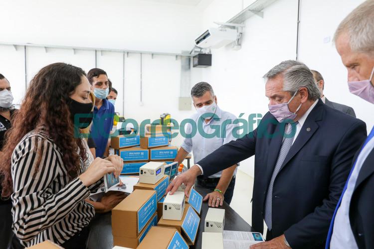 Fernandez visito la UNaHu donde producen los Medidores de CO2 Aire Nuevo
