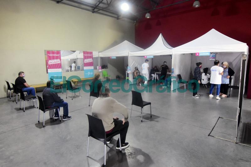 Comenzo la vacunacion contra el coronavirus en el Polideportivo de Los Hornos 4