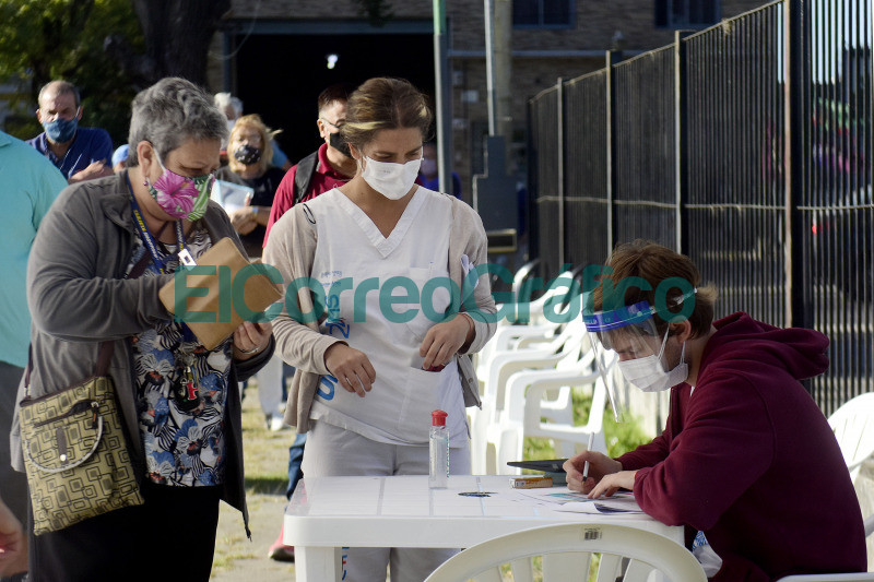 Comenzo la vacunacion contra el coronavirus en el Polideportivo de Los Hornos 5