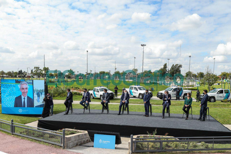 Fernandez anuncio la instalacion de 4.000 paradas con dispositivos de seguridad en 43 municipios bonaerenses 2