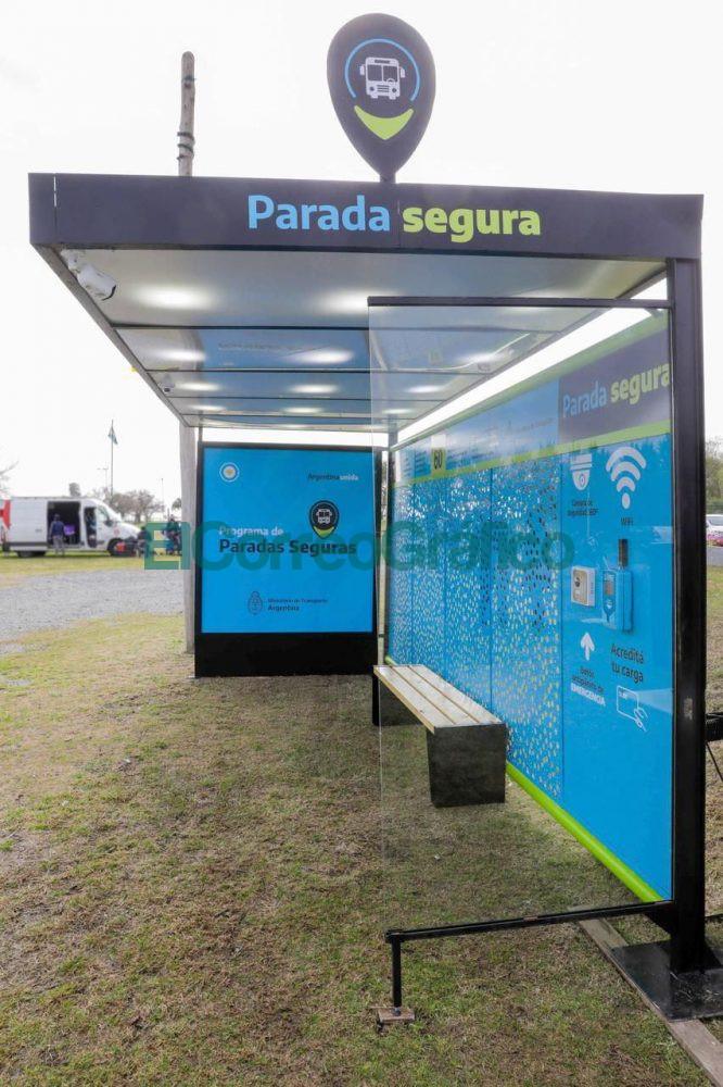 Fernandez anuncio la instalacion de 4.000 paradas con dispositivos de seguridad en 43 municipios bonaerenses 6