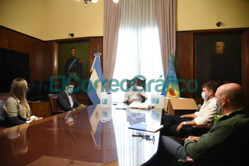Garro recibio a representantes de una drogueria quienes donaron barbijos y alcohol en gel 1