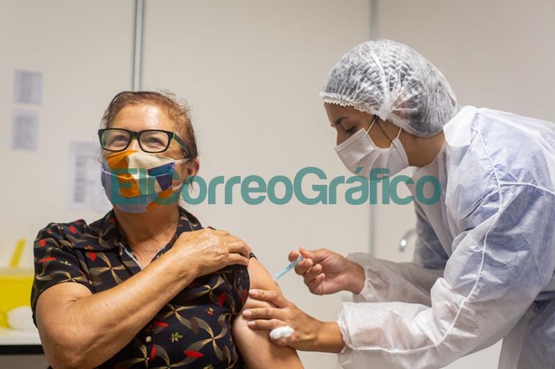Kicillof Teresa Garcia y Achaval visitaron un operativo de vacunacion en Pilar 6