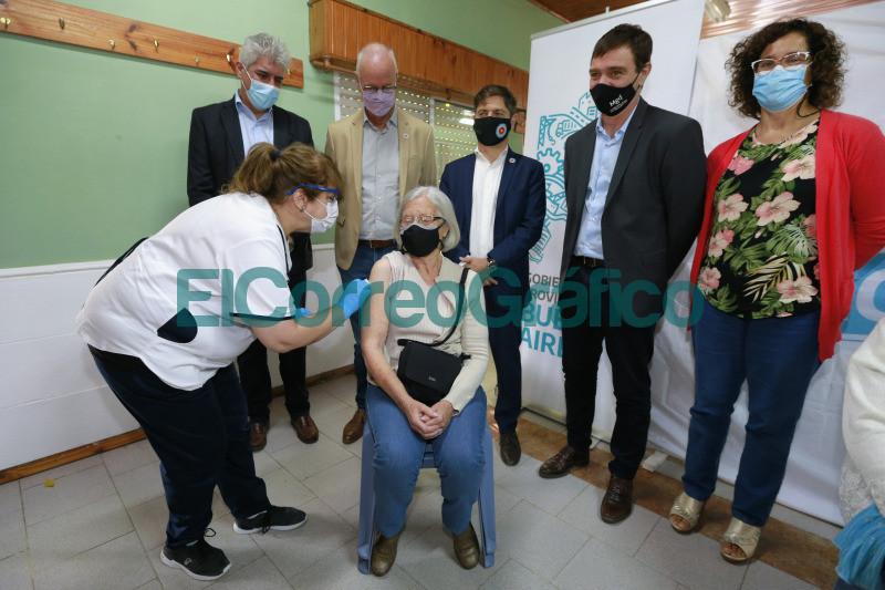Kicillof paseo por un operativo de vacunacion en Magdalena 4