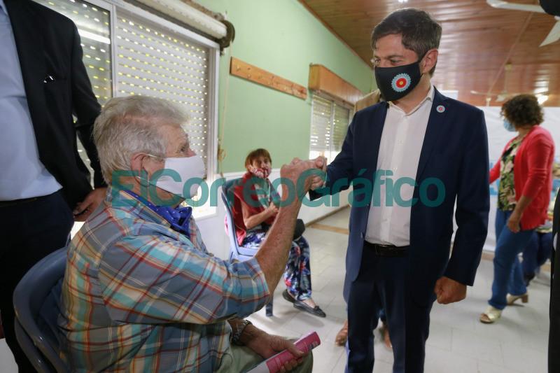 Kicillof paseo por un operativo de vacunacion en Magdalena 5