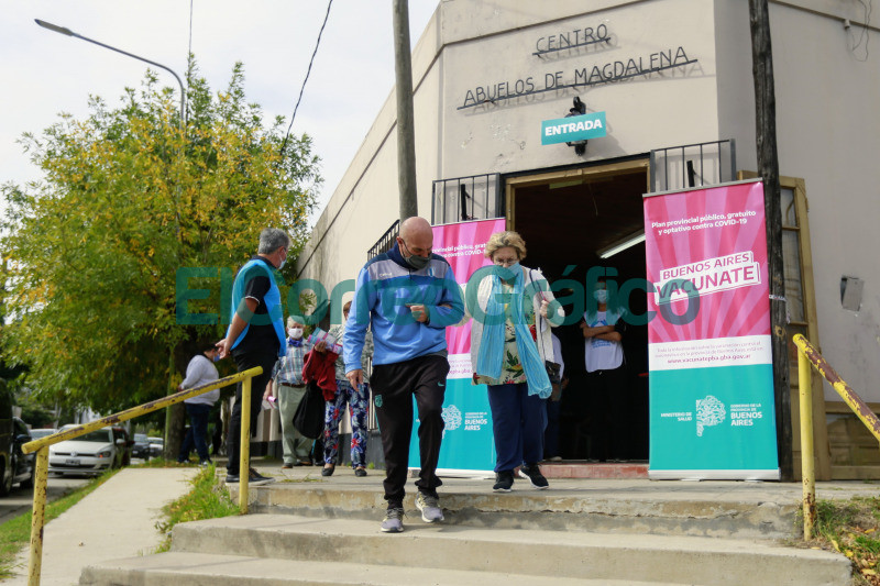Kicillof paseo por un operativo de vacunacion en Magdalena 6